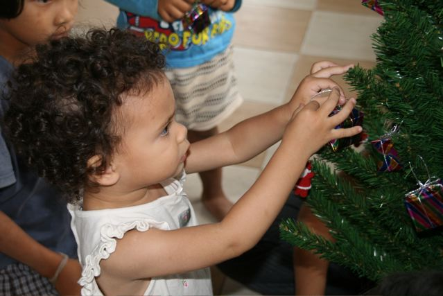 Decorating the Christmas tree 2