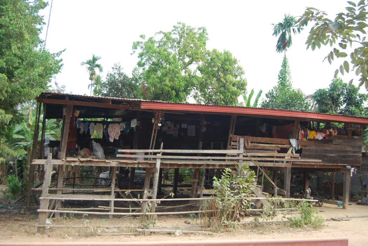 The leaning house of thailand family life in rural for Thailand houses pictures